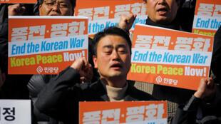 Biểu tình ủng hộ cuộc họp thượng đỉnh Trump- Kim, chấm dứt chiến tranh gần đại sứ quán Mỹ tại Seoul, ngày 26/02/2019.