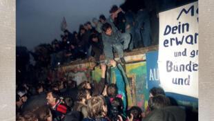 L'Allemagne de l'Est saluent l'Allemagne de l'Ouest à la Porte de Brandebourg à Berlin le 22 décembre 1989.