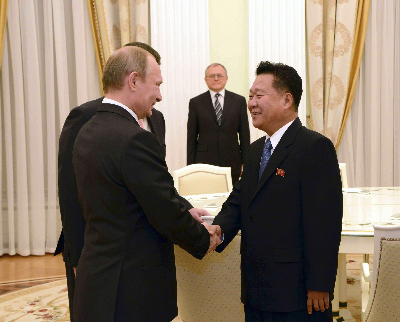 Choe Ryong Hae (phải), một trợ lý của lãnh đạo Bắc Triều Tiên Kim Jong-Un gặp tổng thống Nga Vladimir Putin tại Matxcơva. Ảnh KCNA cung cấp ngày 18/11/2014.