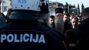 Des manifestants face aux policiers, non loin du Parlement, à Podgorica le 26 décembre 2019.