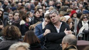 Люди пришли на площадь Республики отдать дань памяти жертвам прошлогодних терактов