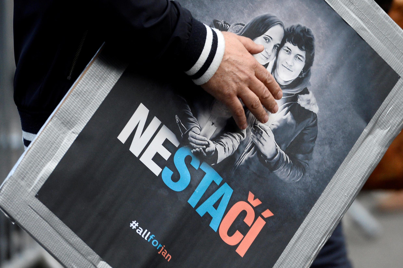 Một người biểu tình mang ảnh chân dung nhà báo điều tra Jan Kuciak và người vợ sắp cưới Martina Kusnirova, Bratislava, Slovakia, ngày 05/04/2018.
