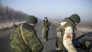 Separatistas pró-russos nos arredores de Donetsk, neste domingo (15/02).
