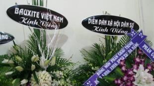 Các vòng hoa viếng luật gia Lê Hiếu Đằng trước khi bị giựt mất băng-rôn.