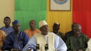 Le Premier ministre malien Cheick Modibo Diarra lors d'une réunion avec des responsables politiques du nord du pays, le 10 août 2012 à Bamako.