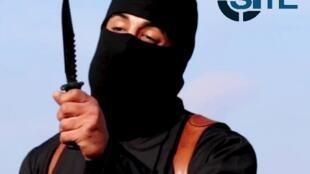 """Un asesino enmascarado del grupo terrorista autoproclamado """"Estado Islámico"""", identificado por el Washington Post.  Febrero de 2014."""