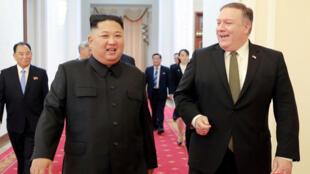 Ngoại trưởng Mỹ Mike Pompeo và lãnh đạo Bắc Triều Tiên Kim Jong Un tại Bình Nhưỡng. Ảnh do hãng thông tấn Bắc Triều Tiên KCNA cung cấp cho Reuters ngày 07/10/2018.
