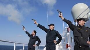 Các chỉ huy quân sự Trung Quốc bắn súng hiệu khởi động cuộc tập trận hải quân trên biển Hoa Đông ngày 19/10/2012.
