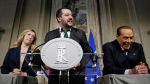 Matteo Salvini (centro), líder de la Liga del norte, acompañado de Giorgia Meloni y Silvio Berlusconi tras conservaciones en abril de 2018.