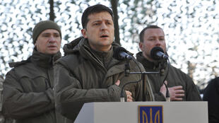 Foto de archivo muestra al presidente ucraniano, Volodymyr Zelensky, se reúne con militares durante su visita a la conflictiva región de Donetsk, el 6 de diciembre de 2019.