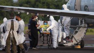 Un patient malade du Covid-19 en cours d'évacuation dans un avion militaire à l'aéroport de Manaus, dans l'Amazonie brésilienne, le 15 janvier 2021.