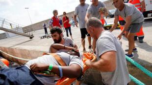 Integrantes da ONG Proactiva Open Arms desembarcam Josepha no porto de Palma de Maiorca, neste sábado 21 de julho de 2018.