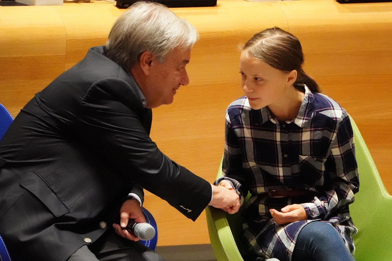 Tổng thư ký LHQ Antonio Guterres (T) bắt tay nhà hoạt động môi trường trẻ tuổi, Greta Thunberg, tại Thượng đỉnh của giới trẻ vì môi trường tại trụ sở LHQ, New York, Mỹ, ngày 21/09/2019