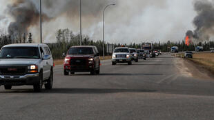 Evacuation en convoi d'habitants de Fort McMurray le 6 mai 2016.
