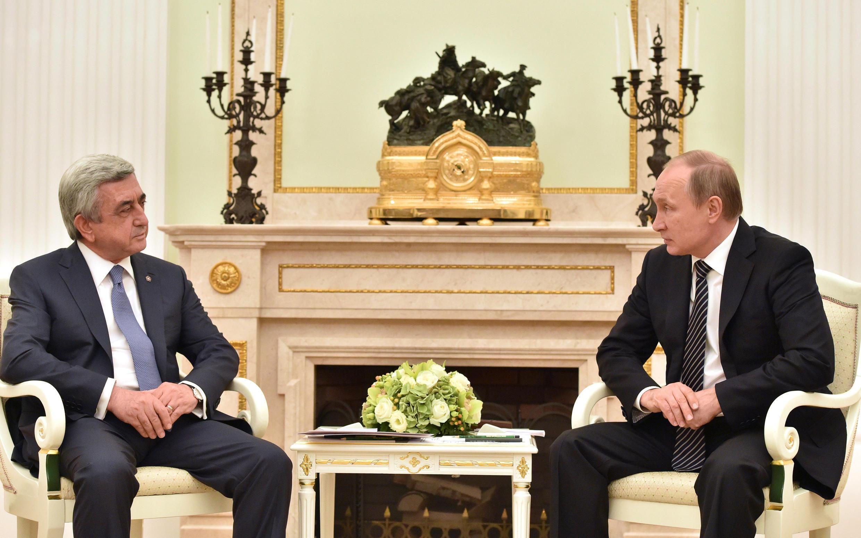 Президенты России и Армении Владимир Путин и Серж Саргсян на встрече в Москве 10 августа 2016