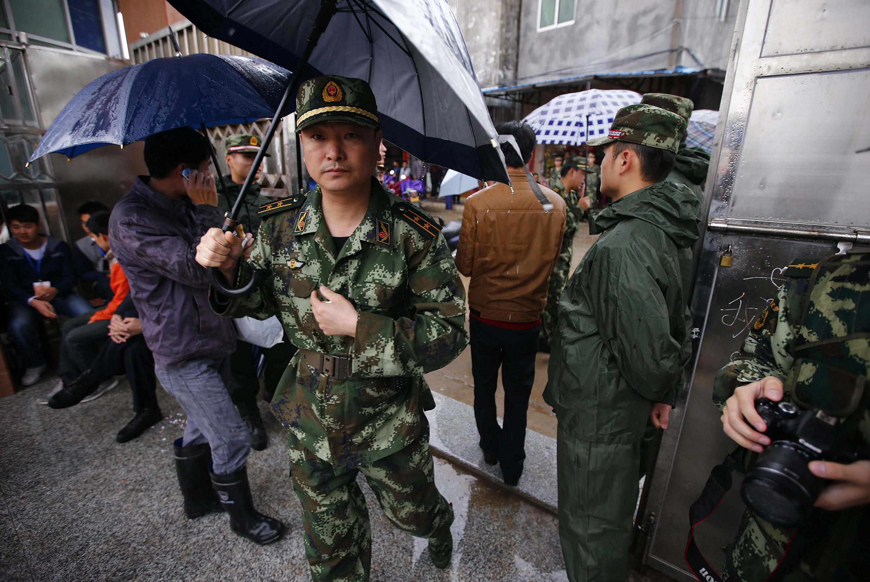 Cuộc bầu cử địa phương tại làng Ô Khảm được đặt dưới sự canh chừng nghiêm ngặt - REUTERS /Petar Kujundzic