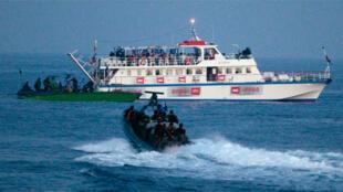 Las fuerzas israelíes se aproximan a uno de los 6 barcos de la primera flotilla por Gaza hace casi un año, el 31 de mayo del 2010, en el mediterráneo
