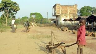 Un enfant dans une rue de Kindamba, en 2002 (image d'illustration).