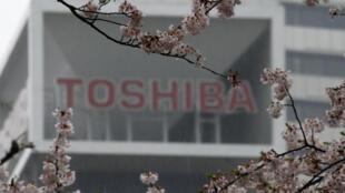 Le logo de Toshiba visible sur le quartier général de Tokyo en ces jours du printemps.