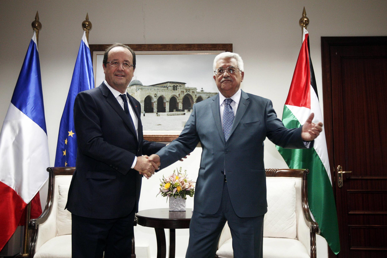 François Hollande com Mahmoud Abbas, em Ramallah, nesta segunda-feira, 18 de novembro de 2013.