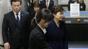 La présidente sud-coréenne déchue Park Geun-hye à sa sortie du bureau du procureur, jeudi 30 mars 2017.