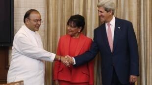 O secretário norte-americano de Estado, John Kerry, desembarcou nesta quarta-feira (30), em Nova Deli, capital da Índia e foi recebido pela secretária de Comércio dos Estados Unidos, Penny Pritzker e o ministro das Finanças Arun Jaitley.. .