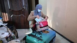 Alimé Abasova, de 37 años y mujer de un antiguo simpatizante del Estado Islámico, prepara sus maletas antes de viajar a Kremenchuk, Ucrania, el 16 de enero de 2021