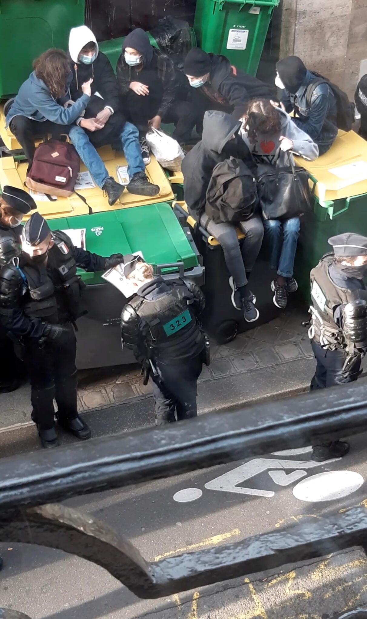 Учащиеся лицея Колбер в X округе Парижа заблокировали вход в здание школы с помощью мусорных баков.