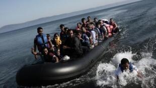 Des migrants arrivent sur l'île grecque de Lesbos après une traversée depuis la Turquie, le 4 septembre 2015.