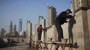 Công trường xây dựng một trung tâm tài chính tại Thượng Hải  ngày 12/11/2012.
