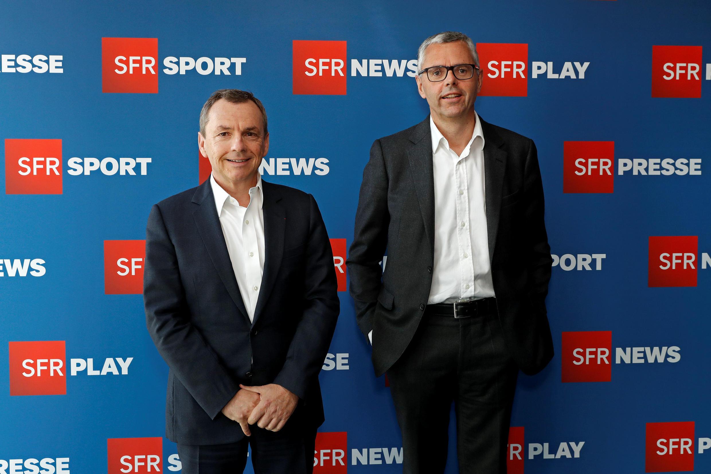 Michel Combes (D), directeur de SFR, et Alain Weill (G), président de NextRadioTV, lors de la conférence de presse sur la nouvelle stratégie du groupe, le 27 avril 2016, à Paris.