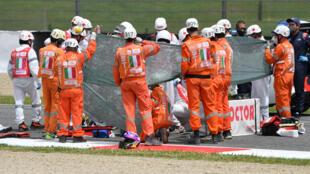 Los médicos brindan atención al accidentado piloto suizo de moto3 Jason Dupasquier durante los ensayos previos al Gran Premio de motociclismo de Italia en el circuito de Scarperia e San Piero, en la Toscana, el 29 de mayo de 2021