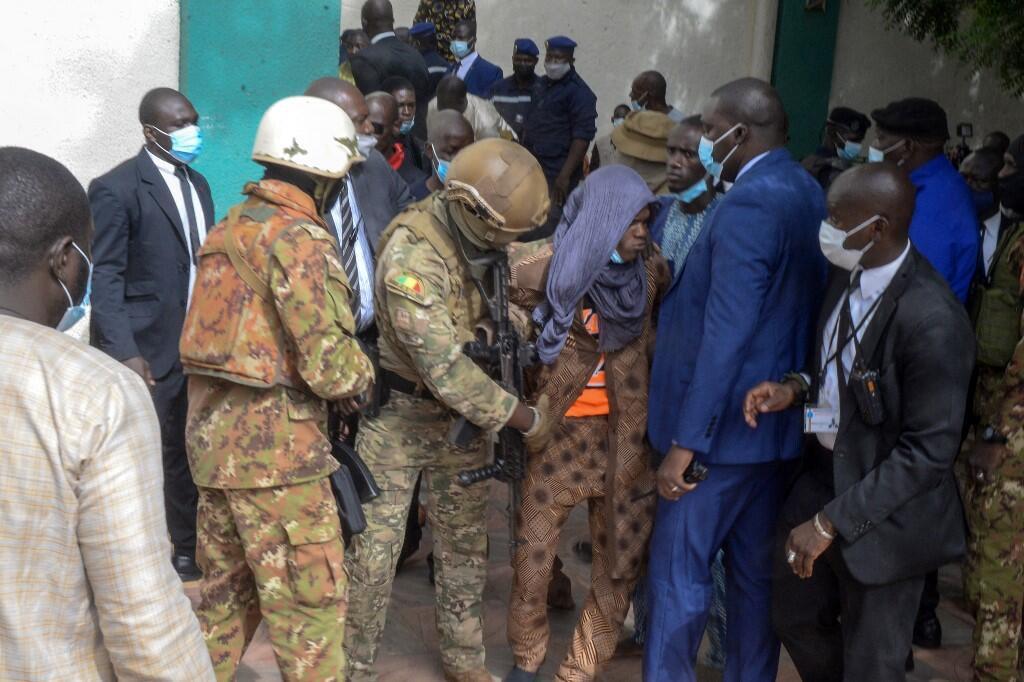 Image RFI Archive / Tentative d'assassinat du colonel Goïta au Mali : l'interrogatoire du suspect se poursuit. Ici, les services de sécurité maliens arrêtent l'homme suspecté de la tentative d'assassinat du colonel Goïta à Bamako le 20 juillet 2021.