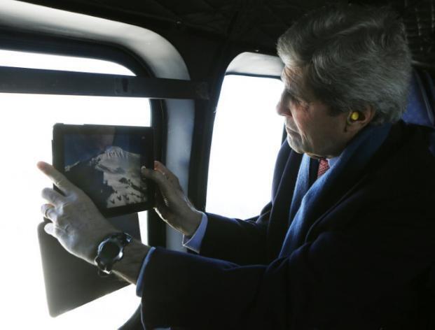 John Kerry apiga picha milima ya Uswisi wakati akisafiri katika helikopta kati ya Zurich na Davos, Januari 25 mwaka 2014.