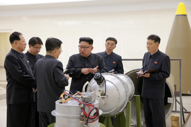 Lãnh đạo Bắc Triều Tiên Kim Jong Un chỉ đạo chương trình tên lửa hạt nhân. Ảnh không đề ngày do KCNA đăng ngày 03/09/2017.