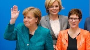 Thủ tướng Đức Angela Merkel (T) và tổng thư ký đảng CDU Annegret Kramp-Karrenbauer (P), trong cuộc họp tại Berlin, ngày 25/02/2018
