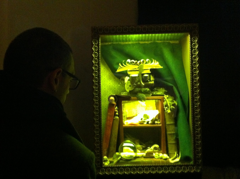 Un visiteur regarde l'œuvre de l'artiste Benjamin Bougleux, exposée dans « Les Chambres des merveilles » au Château de Maisons.