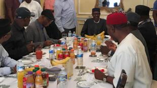 Le président nigérian reçoit les leaders de sa formation politique à Londres, dans cette photo publiée par la présidence.