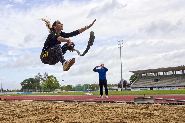 La championne paralympique du saut en longueur Marie-Amélie Le Fur à l'entraînement le 21 mai 2021 au stade Jean-Leroy à Blois, au centre de la France.