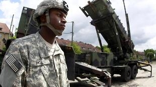 Một lính Mỹ đứng cạnh dàn phóng tên lửa Patriot tại một căn cứ quân sự ở Morad ngày 26/5/2010.