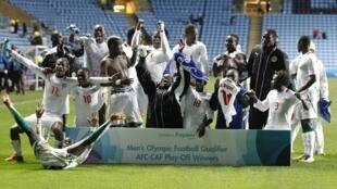 'Yan wasan kwallon kafar kasar Senegal a lokacin da suke murnar lashe wasan zuwa Olympics a Birnin London