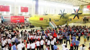 La Chine a construit le plus gros hydravion du monde, le AG600, pour mettre fin à sa dépendance envers les avionneurs étrangers. L'appareil a été dévoilé dans la ville portuaire de Zhuhai, dans le sud de la Chine, le 23 juillet 2016.