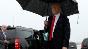 Tổng thống Donald Trump tại căn cứ quân sự Andrews, Maryland ngày 28/07/2017. Giông tố pháp lý vẫn không ngớt đổ xuống tổng thống Trump và các cộng sự thân tín của ông.