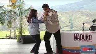 Rais wa Venezuela, Nicolas Maduro akicheza Muziki aina ya salsa