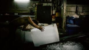 A une trentaine de kilomètres de Bangkok, sur les bateaux ou à terre, 650 000 travailleurs, notamment birmans, sont exploités dans l'industrie de la pêche.
