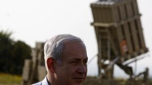 Le Premier ministre israélien Benyamin Netanyahu visitant une unité de lancement du Dome de fer à Ashkelon le 10 avril 2011.