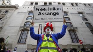 Manifestantes frente al tribunal de Old Bailey en el centro de Londres, Reino Unido, el 7 de septiembre de 2020