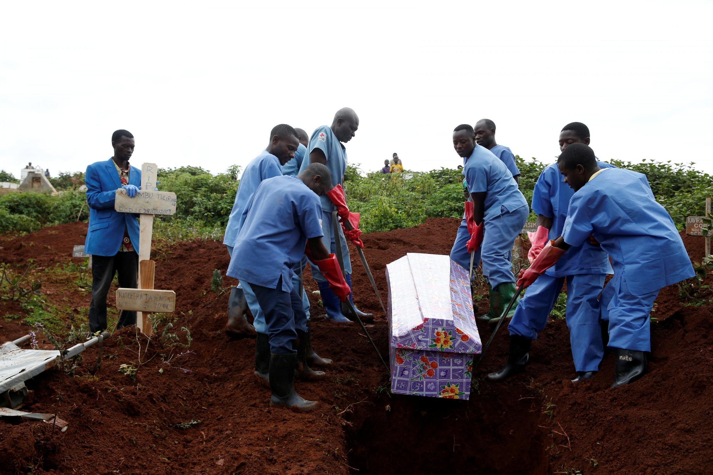 Des membres de la Croix-Rouge congolaise enterrent une personne décédée du virus Ebola à Butembo le 28 mars 2019.