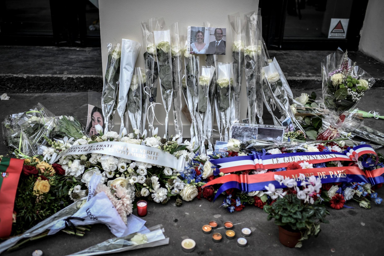 Coroa de flores foram colocadas em frente ao Bataclan, a casa de shows visada pelos atentados de 13 de novembro de 2019, onde 90 pessoas morreram.