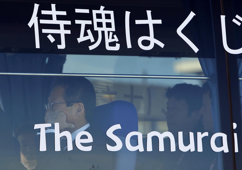 """Huấn luyên viên đội tuyển Nhật Bản trên xe buýt của các chàng """"samurai"""" ngày 25/06/2010."""